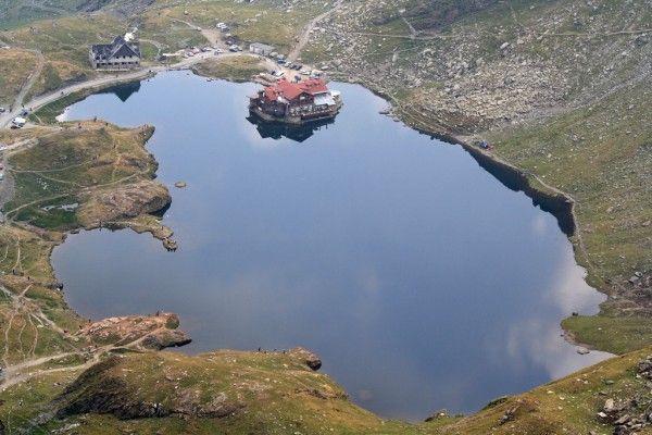 Transfagarasanul-este-cel-mai-spectaculos-drum-din-lume-cabana_balea_lac